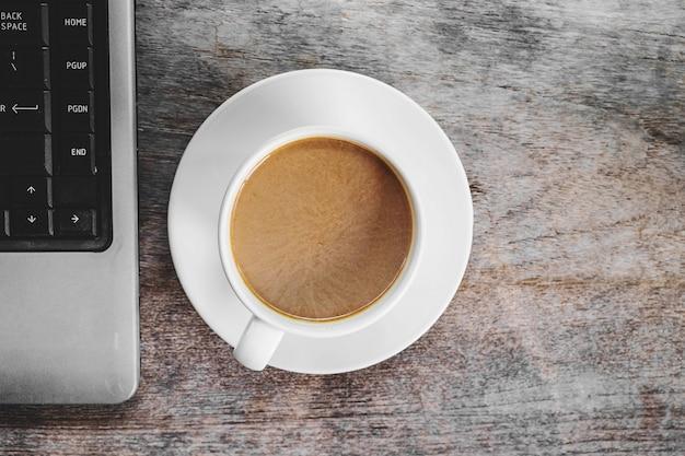 Koffiekoppen en laptops op het bureau