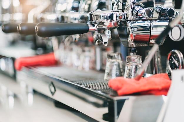 Koffiemachine die een kop van koffie in koffiekoffie maken.