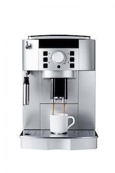 Koffiemachine die kop van koffie brouwen, op wit wordt geïsoleerd