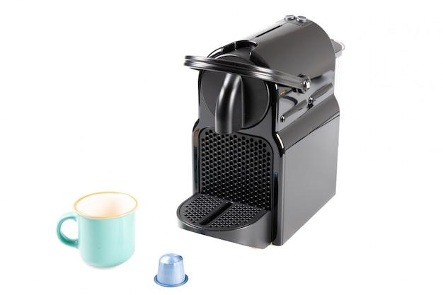 Koffiemachine op wit wordt geïsoleerd dat