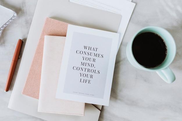 Koffiemok bij een notitieboekje