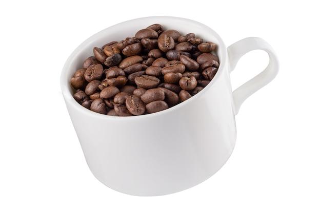 Koffiemok en schotel in de lucht met koffiebonen. volledige scherptediepte. geïsoleerd met een pen-tool.
