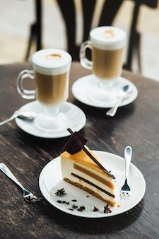 Koffiemok met cupcake, zoete dessert voor het ontbijt