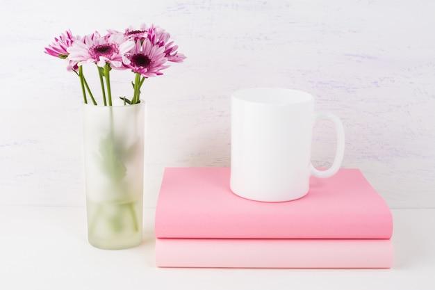 Koffiemok mockup met lila madeliefje