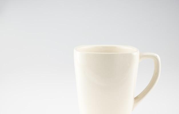 Koffiemok op grijze achtergrond, verlofruimte voor het toevoegen van tekst