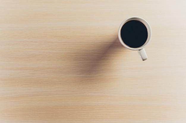 Koffiemok op houten tafel