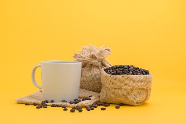Koffiemokken en koffiebonen, energiedrankjes