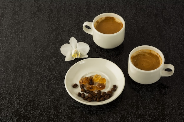 Koffiemokken en koffiebonen
