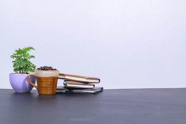 Koffiemokken en notitieboekjes op het bureau