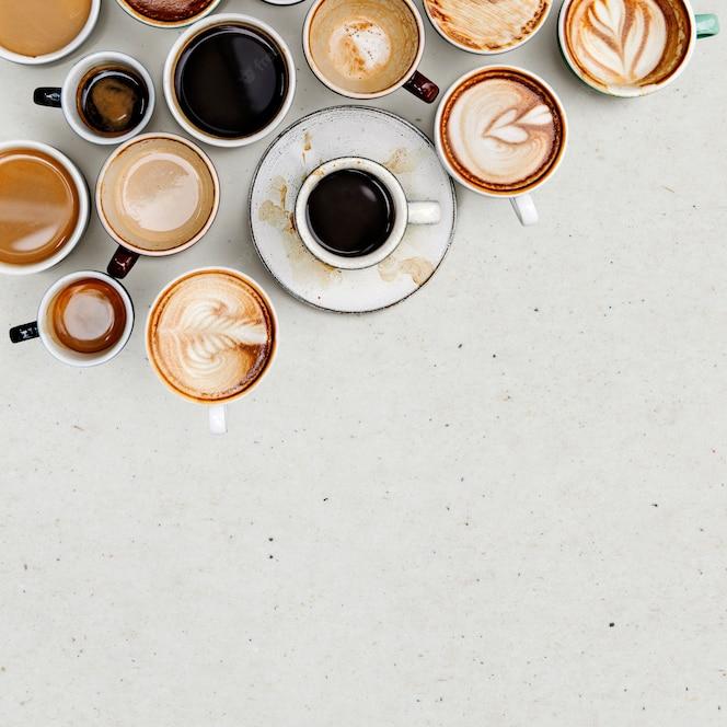 Koffiemokken op een lichtbeige achtergrond met kopie ruimte