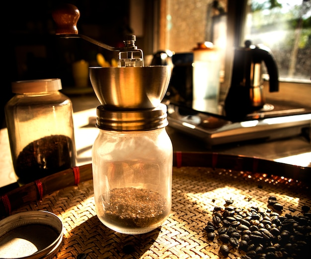 Koffiemolen en geroosterd van koffieboon
