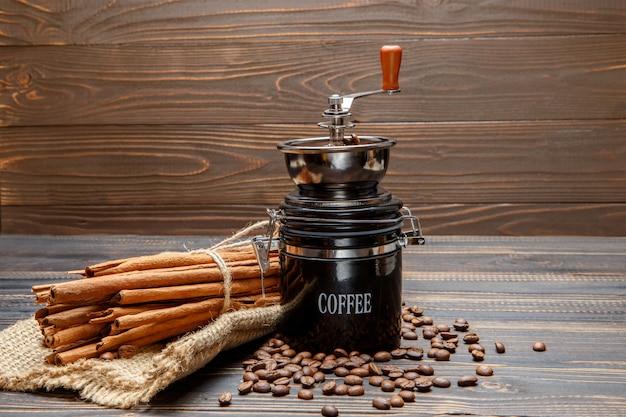 Koffiemolen en geroosterde bonen op houten achtergrond