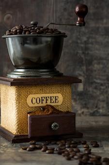 Koffiemolen en koffiebonen op rustiek hout