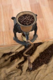 Koffiemolen met koffiebonen erin