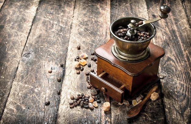 Koffiemolen met koffiebonen. op een houten achtergrond.