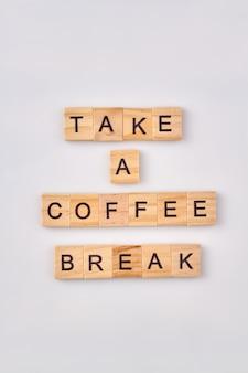 Koffiepauze concept. neem een pauze gemaakt met houten bouwstenen geïsoleerd op een witte achtergrond.