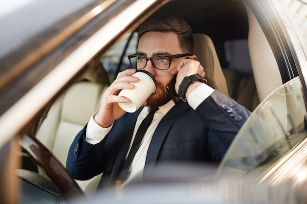Koffiepauze in de auto