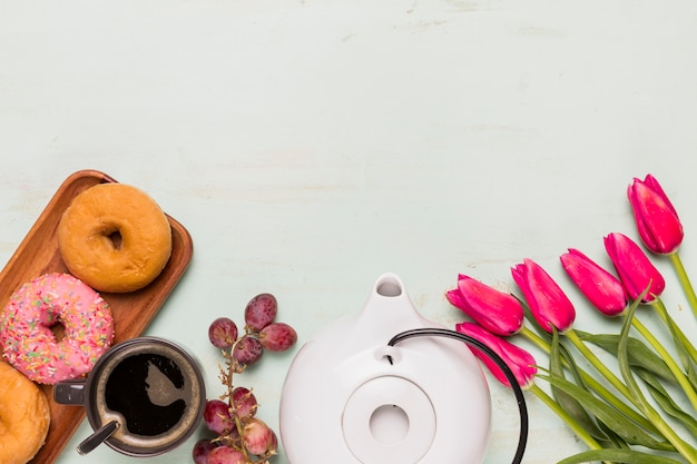 Koffiepauze samenstelling met tulpen
