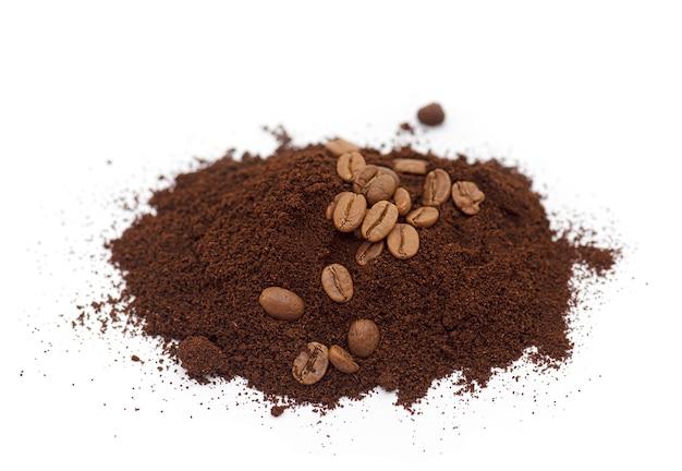 Koffiepoeder, poederkoffie, gemalen geroosterde koffie geïsoleerd