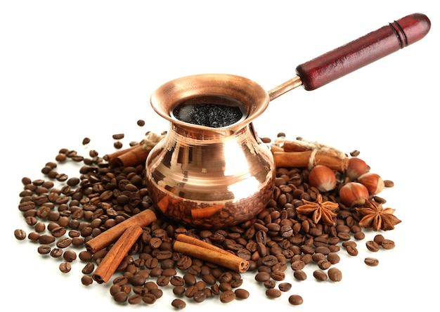 Koffiepot en koffiebonen, geïsoleerd op wit
