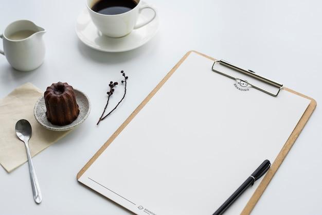 Koffiepudding en klembord op de tafel
