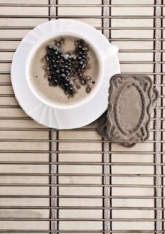 Koffiesamenstelling van cappuccino op mat