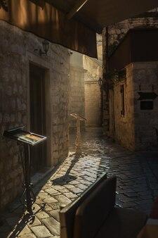 Koffieterras in de oude stad kotor, montenegro bij zonsondergang