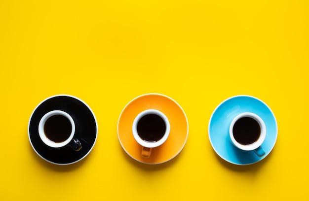 Koffietijd met kop op kleurrijke achtergrond. verfrissing en drankconcepten