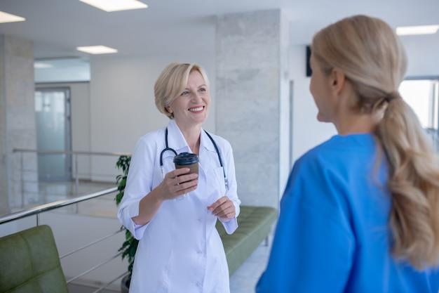 Koffietijd. twee vrouwelijke artsen genieten van koffie, vriendelijk gesprek