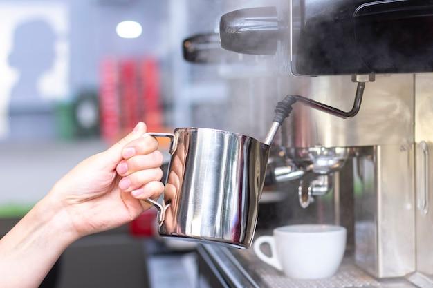 Koffiewinkelmedewerker die koffie voorbereidt