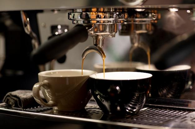 Koffiezetapparaat en kopjes