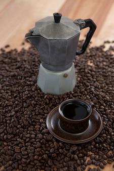 Koffiezetapparaat met koffiebonen en koffiemok