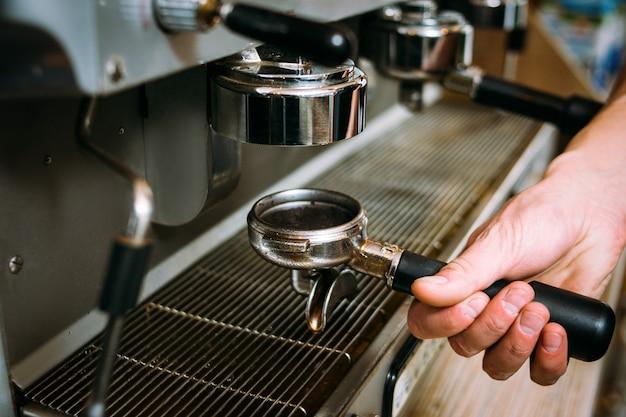 Koffiezetproces barista warme verse drank