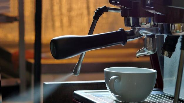 Koffiezetten in de koffiemachine.