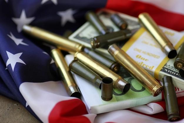 Kogel en geld op de amerikaanse vlag
