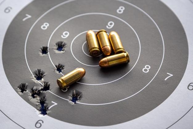 Kogels op papier doelwit voor schietoefeningen