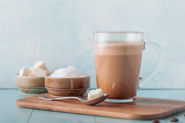 Kogelvrije koffie, gemengd met biologische boter en mct kokosolie, paleo, keto, ketogeen drankontbijt.