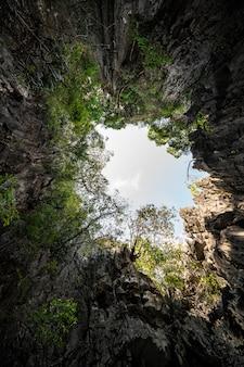 Koh hong in de baai van phang nga, een kalkstenen eiland volledig omgeven door een klifmuur, ziet eruit als een enorme hal.