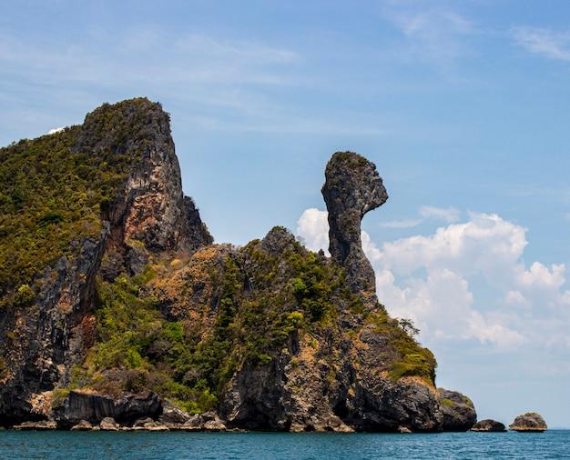 Koh kai of chicken island met blauwe lucht op de andaman zee, provincie krabi. koh kai ongezien in thailand.