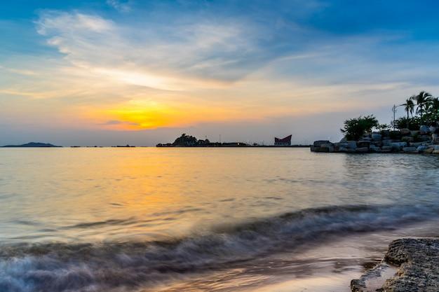 Koh loy-oriëntatiepunt van sriracha in zonsondergang, chonburi, thailand