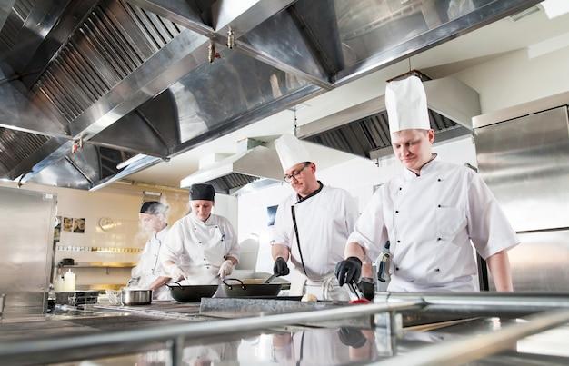 Kok die diner maakt in de keuken van high-end restaurant.