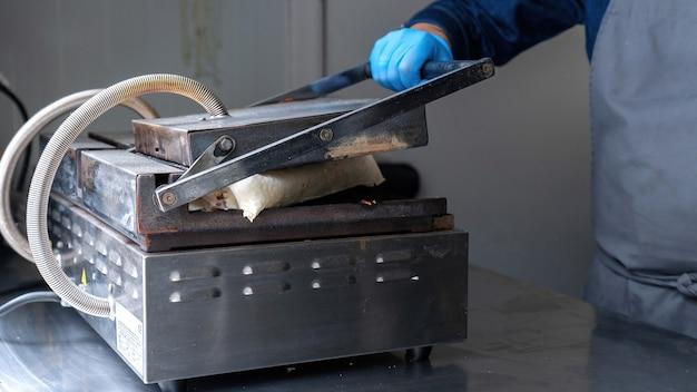 Kok die een wrap legt om in een foodtruck te bakken
