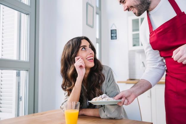 Kok man portie croissant voor vrouw