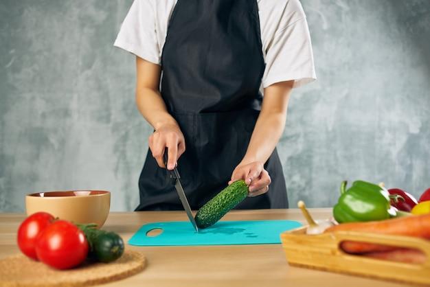 Kok vrouw lunch thuis vegetarisch eten snijplank