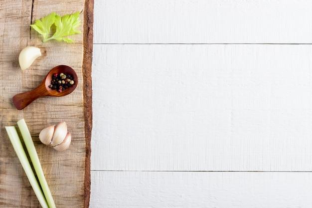 Koken achtergrond concept. vintage snijplank en kruiden. bovenaanzicht met kopie ruimte.