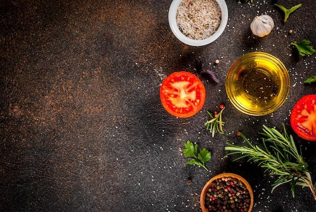 Koken achtergrond, kruiden, zout, specerijen, olijfolie, donkere roestige achtergrond bovenaanzicht