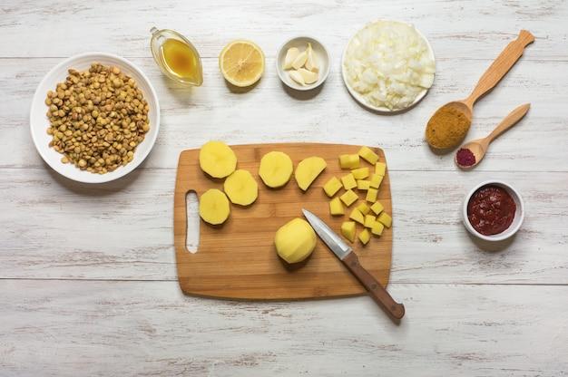 Koken adasi, perzische linzen stoofpot. set van ingrediënten op een witte tafel. arabisch eten.