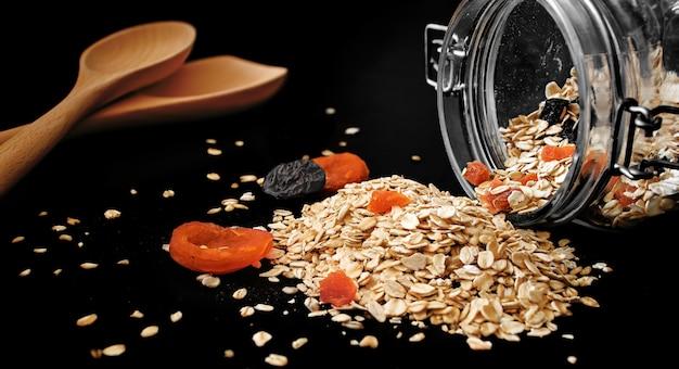 Koken basis keuken concept. gezonde ontbijtingrediënten. zelfgemaakte muesli in open glazen pot.