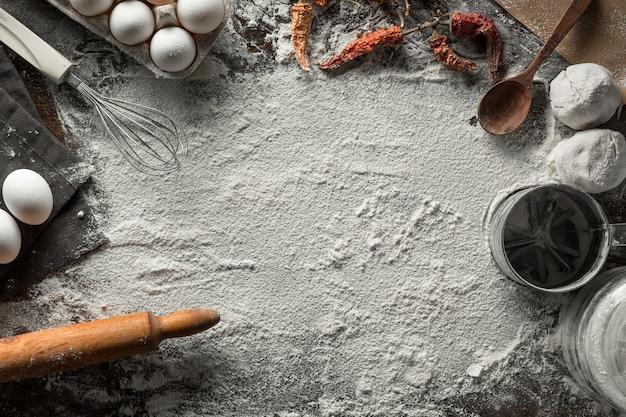 Koken bloem achtergrond met ingrediënten. bovenaanzicht. ruimte voor tekst
