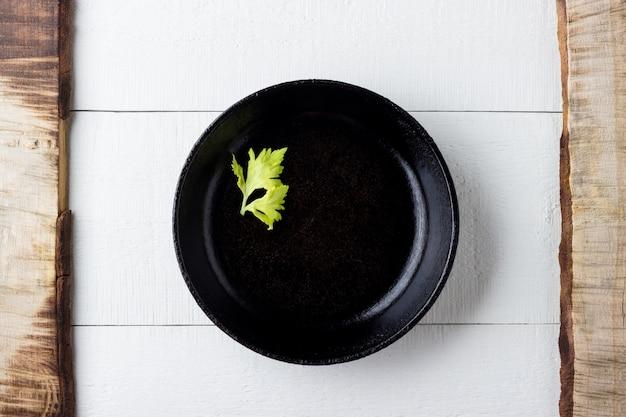 Koken concept. lege rustieke zwarte gietijzeren plaat over houten tafel.